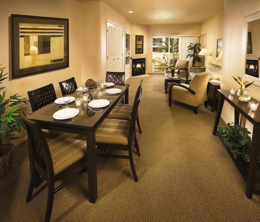 WorldMark Las Vegas Boulevard dining and living area